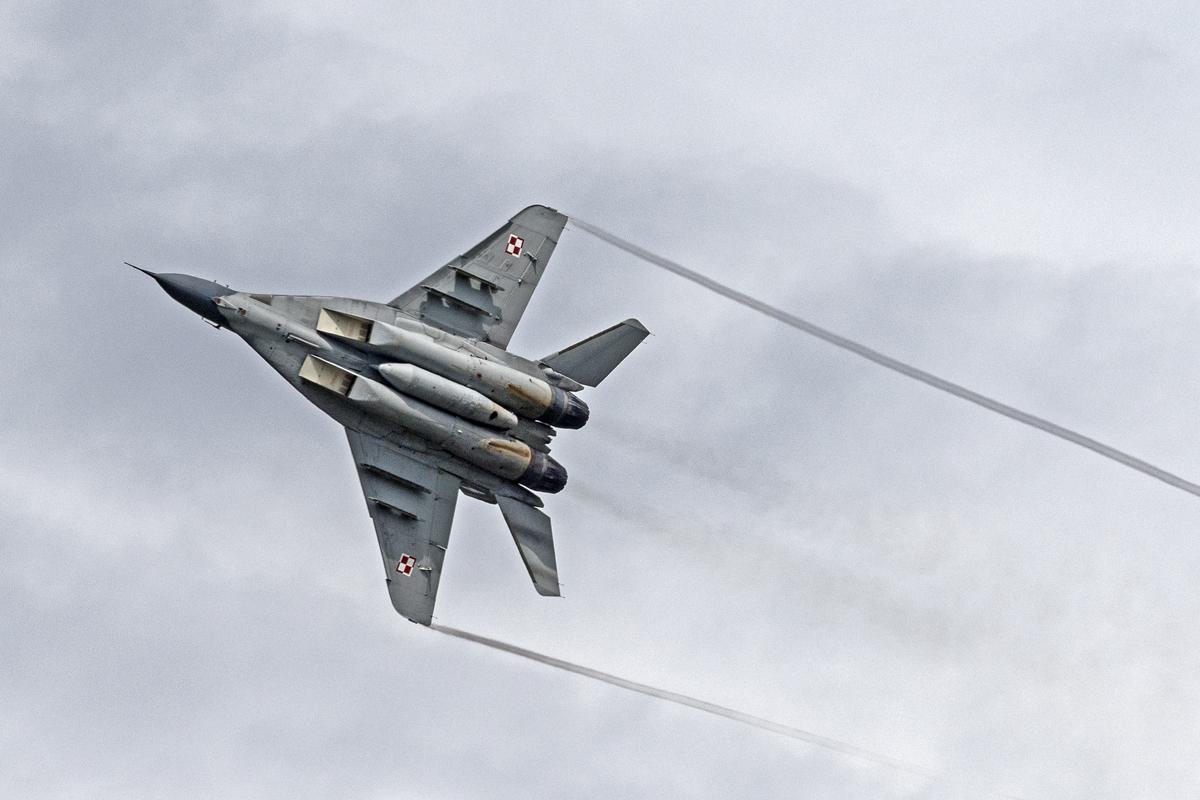 Aereo Da Caccia Oggi : Esercitazione in volo sui cieli dell alto molise aereo scortato